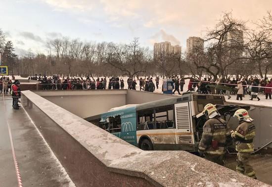 Moscou: un autobus fonce dans un passage souterrain