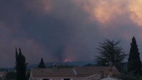 Direct incendies dans le sud de la france des for Incendie salon de provence
