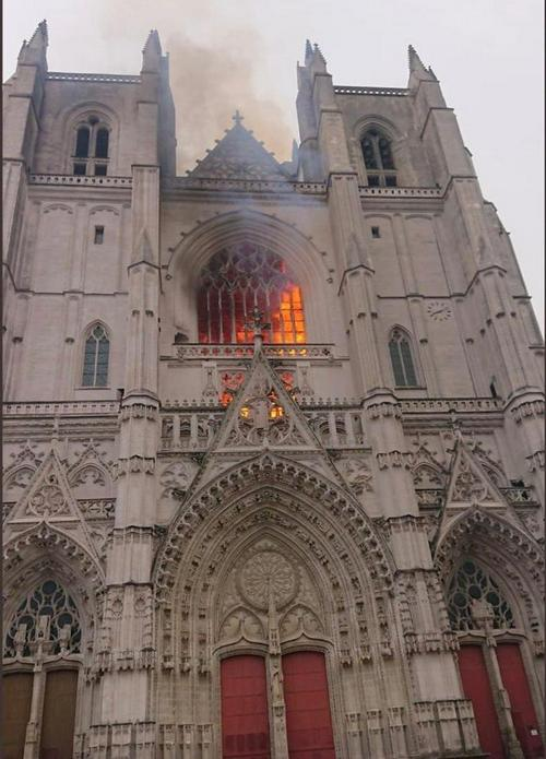"""Nouvelles - le feu de la cathédrale """"circonscrit"""", Jean Castex sur place cet après-midi"""